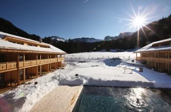 Aussenpool_im_Winter__Tirler_Dolomites_Living_Hotel_