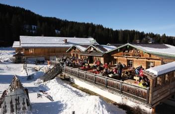 Terrasse_im_Winter_mit_Gaesten__Tirler_Dolomites_Living_Hotel_