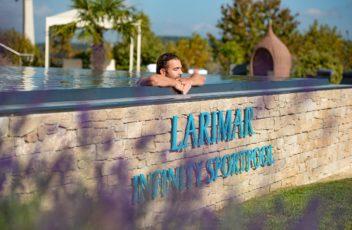 die_seele_im_infinity_pool_baumeln_lassen_c_bernhard-bergmann_hotel_larimar